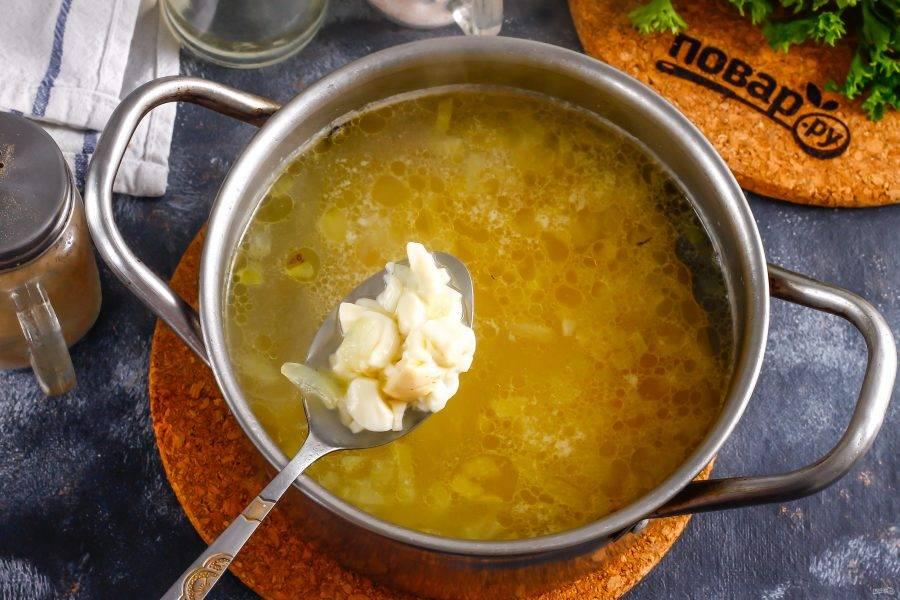 Нарежьте сыр мелкими кубиками и высыпьте в емкость. Отварите еще 4-5 минут, время от времени перемешивая содержимое емкости, чтобы сыр не прилип ко дну.