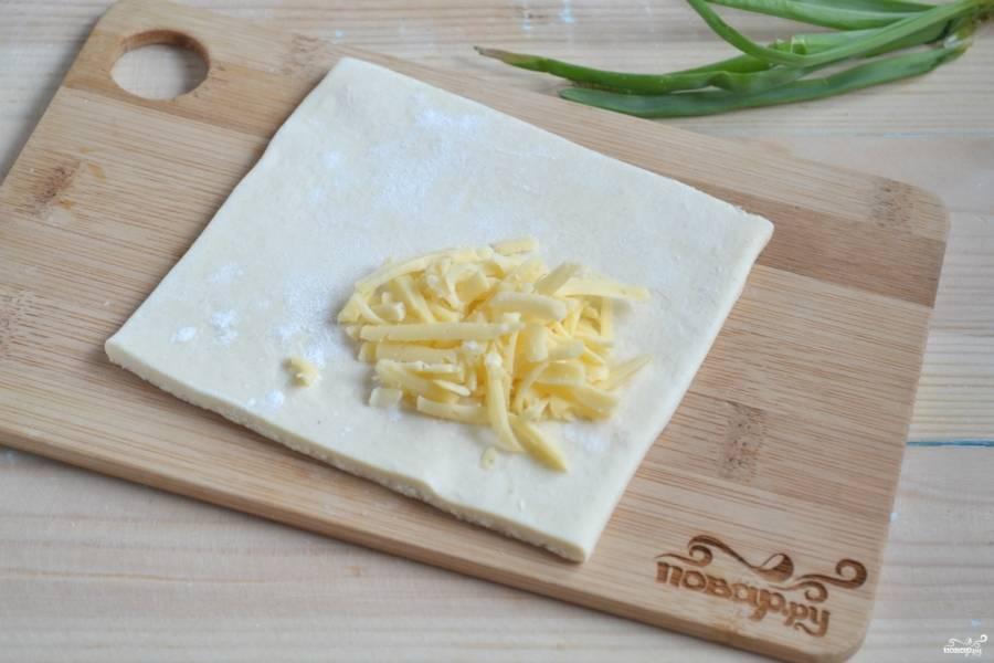 На каждый квадрат положите сыр.