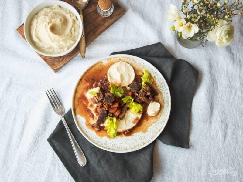5. Из готового мясного рагу уберите лавровый лист и корицу, а добавьте соль и перец. Подавайте блюдо с пюре из сельдерея и зеленью. Приятного аппетита!