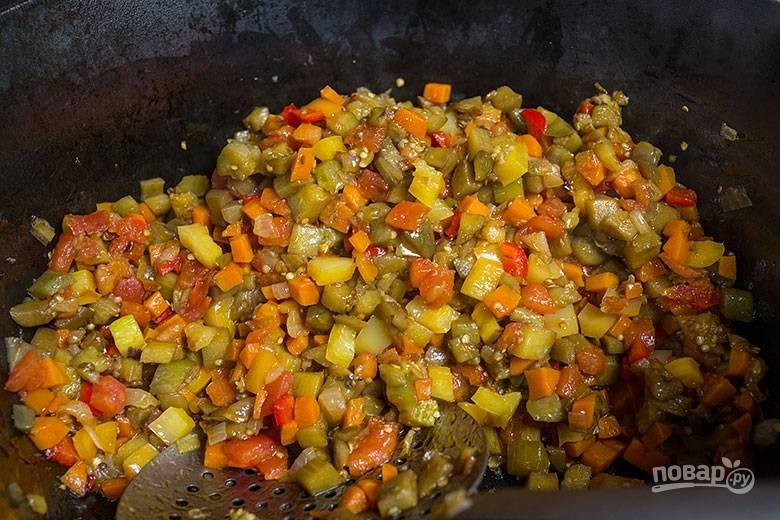 5. Добавляем чеснок, зелень и немного воды, после чего тушим около 30 минут на слабом огне. В самом конце добавляем помидоры.