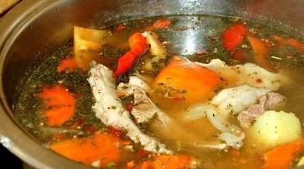 Через 5 минут снимаем суп с огня и накрываем крышкой. Даем настояться 15 минут.
