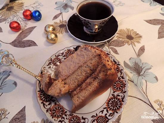 9. Когда торт пропитался и желатин в креме полностью застыл, достаньте торт из холодильника. Все готово, можно угощаться и пить чай. Приятного чаепития.