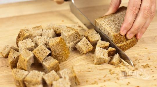 Хлеб порежьте кубиком примерно 2х2 см.