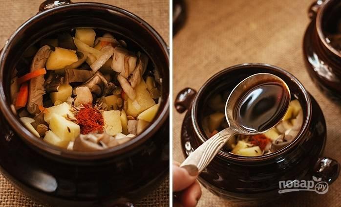 5. Соедините все ингредиенты, перемешайте и разложите в горшочки. Добавьте соль, специи по вкусу и при желании соевый соус.
