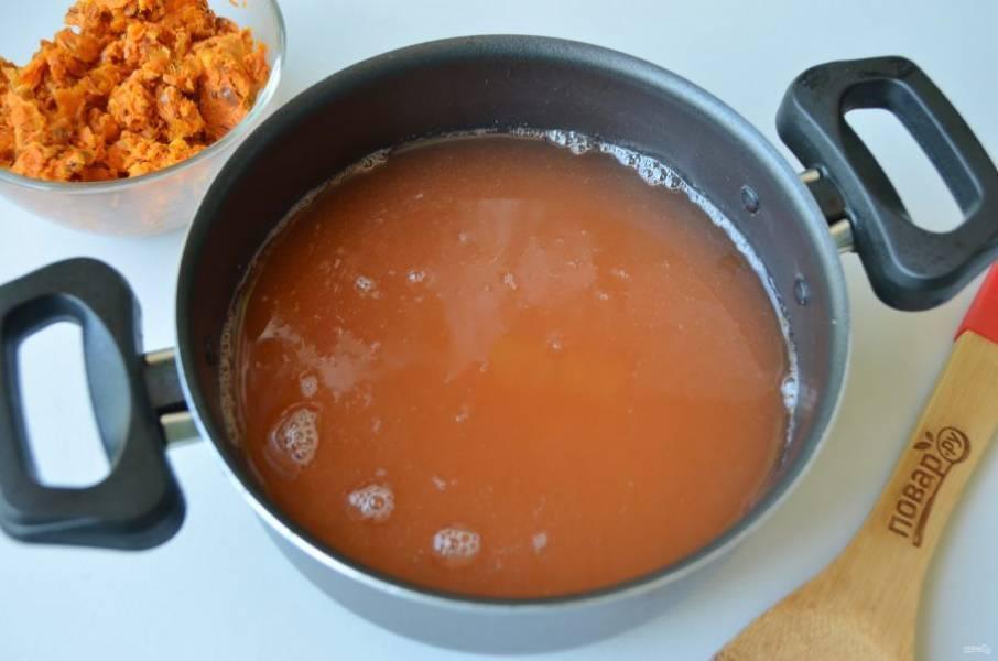 5. Профильтруйте массу через несколько слоев марли или плотную ткань. Хорошо отожмите сок, смешайте его с сахаром в такой пропорции: на каждый стакан сока (отвара) положите 1 стакан сахара.