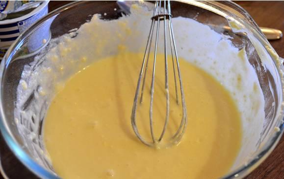 2. Сделаем светлый слой. Смешаем топленый белый шоколад, сметану, сахар, яйцо, масло, муку в блендере. Заливаем коричневый корж  этой смесью.