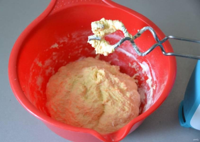 Добавьте мучную смесь к жидким ингредиентам, замесите тесто, накройте пленкой и поставьте в теплое место на 1 час для брожения.