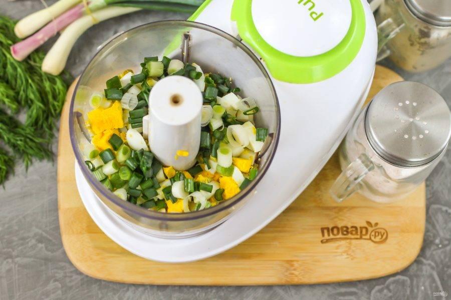 Промойте стебли зеленого лука, обсушите, измельчите. Добавьте нарезку к яичной. По желанию можно использовать и укроп, он идеально сочетается с красной рыбой.