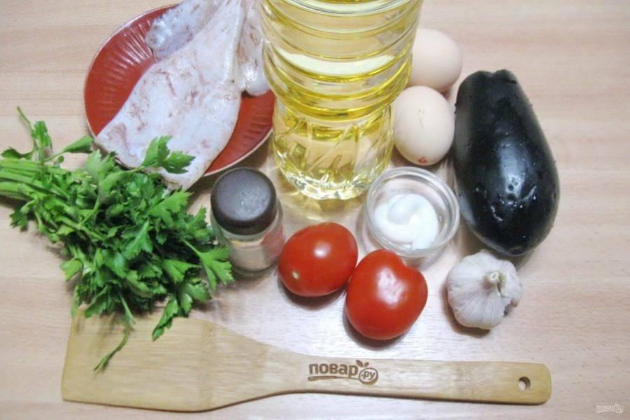 Подготовьте ингредиенты для приготовления кальмара с баклажаном.