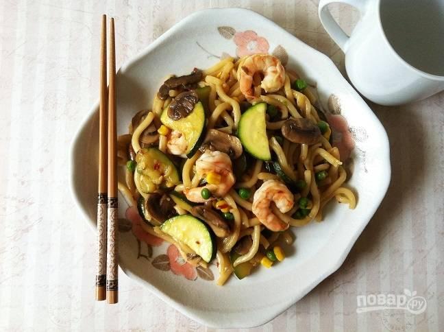 4. Удон подавайте с креветками и овощами. Приятного аппетита!