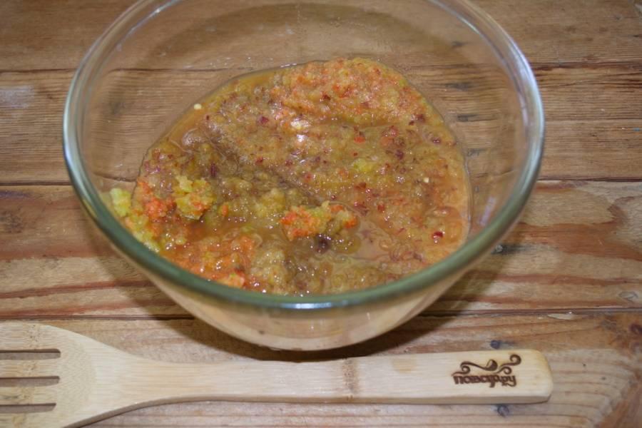 Сливы, очищенный лук, острый жгучий перец, болгарский перец перекрутите через мясорубку дважды.