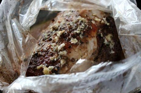 3. Если располагаете временем, подвесьте мясо на веревочку: пусть повисит хотя бы день-два. Бастурма будет вкуснее. Далее мясо перекладываем в пакет, посыпаем чесноком и укладываем в чашу мультиварки.