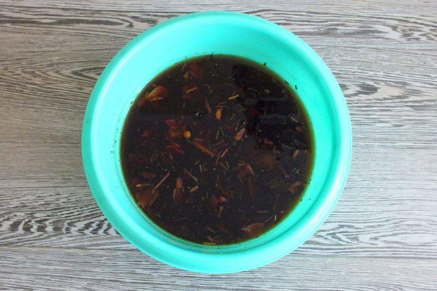 В чаше или в другой посуде заварите чайную заварку. Оставьте до полного остывания.