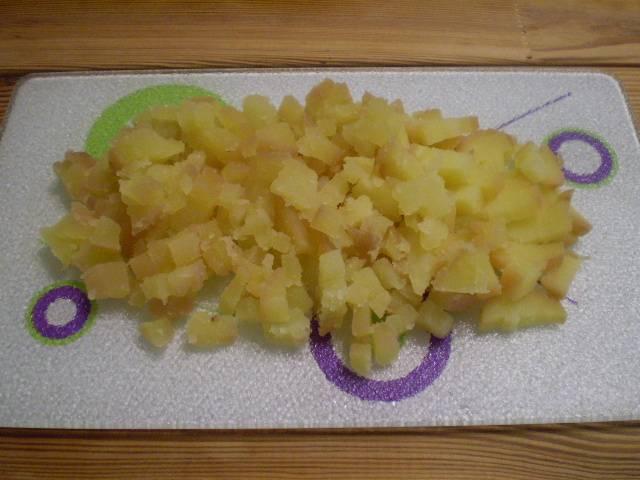2. Картофель очистить и нарезать кубиками мелко.