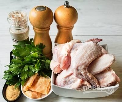 """Подготовим продукты для запекания. Крылья нужно помыть и хорошо высушить. Затем отрезаем куриные """"пальчики"""", кушать там нечего и обычно они подгорают."""
