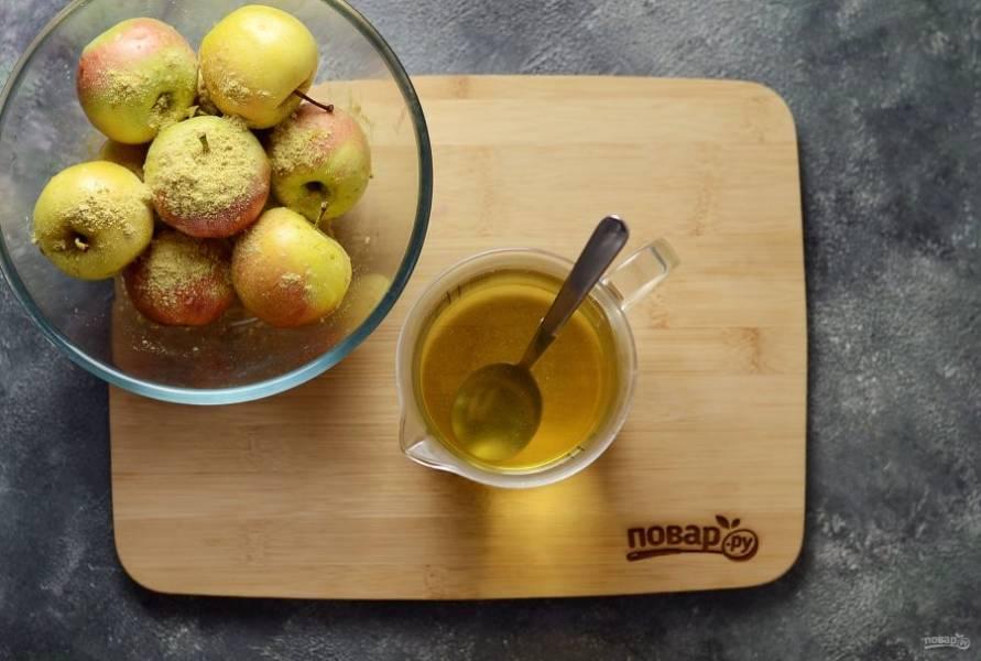 В горячей воде растворите мед. Затем добавьте соль, размешайте, пока она полностью не растворится.
