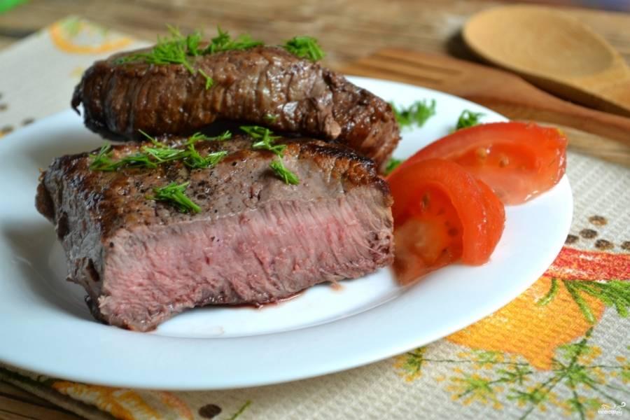 Бифштекс из говядины на сковороде готов. Подавайте его горячим со свежими овощами.