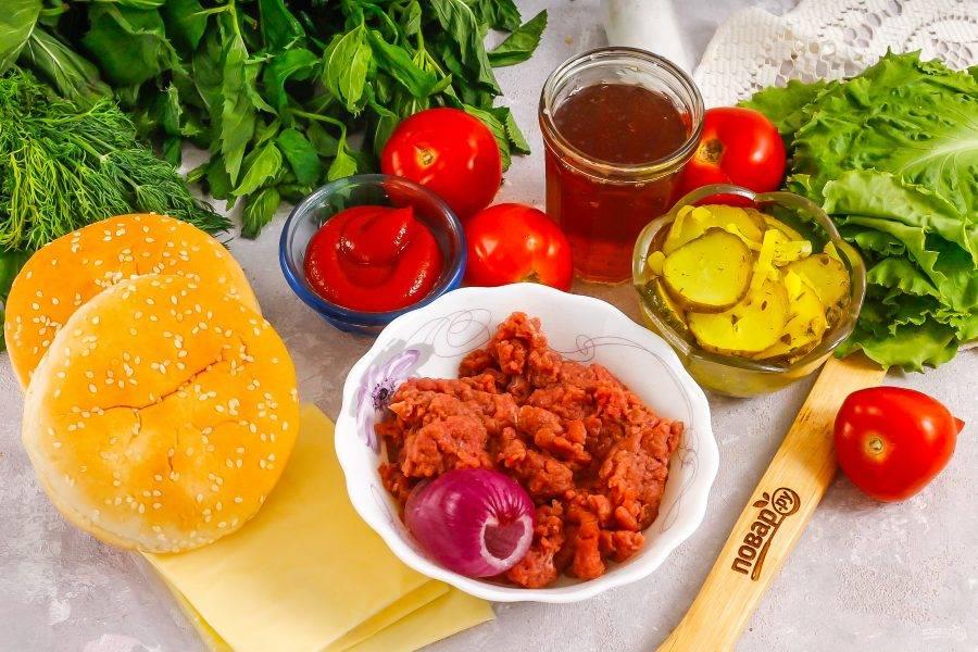 Подготовьте указанные ингредиенты. Фарш может быть говяжьим или свино-говяжьим — по вашему вкусу.