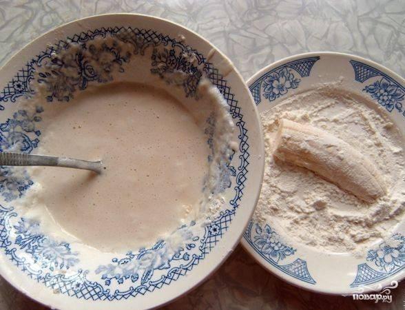 3.Немного муки насыпаем в тарелку, каждый кусочек банана панируем сперва в муке, а затем опускаем в приготовленный кляр. В сковороду наливаем масло, разогреваем, кусочки в кляре опускаем на раскаленную поверхность сковороды.