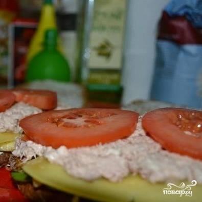 На сыр выкладываем консервированного тунца и пару тонких колец помидора.