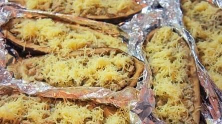 Запекаем 1 час в разогретой до 180 градусов духовке. За 15 минут до готовности раскройте фольгу и присыпьте лодочки сыром.