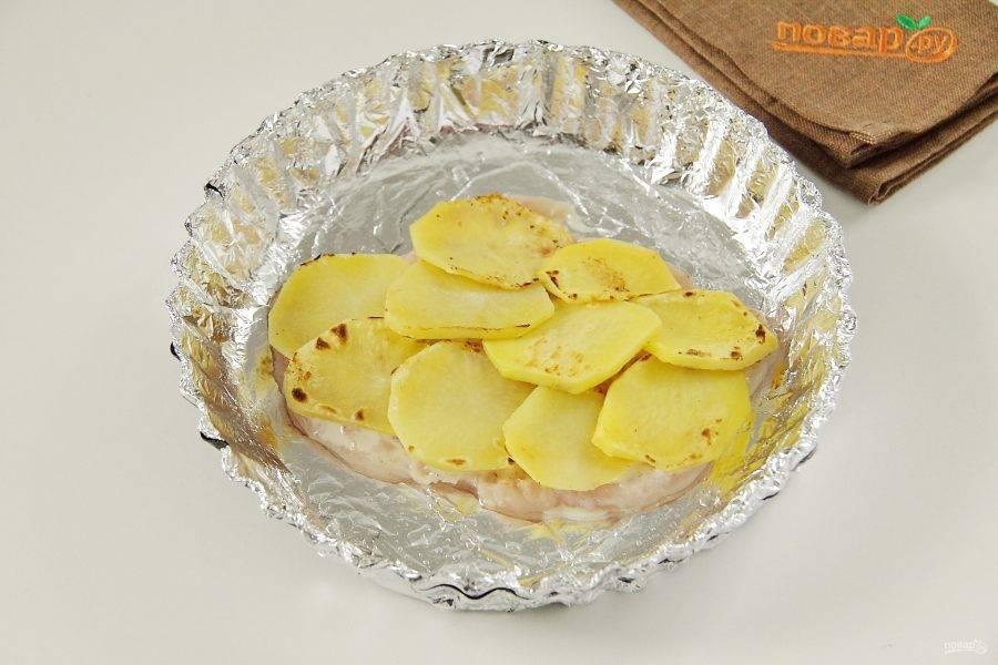 На филе выложите несколько кружочков картофеля.