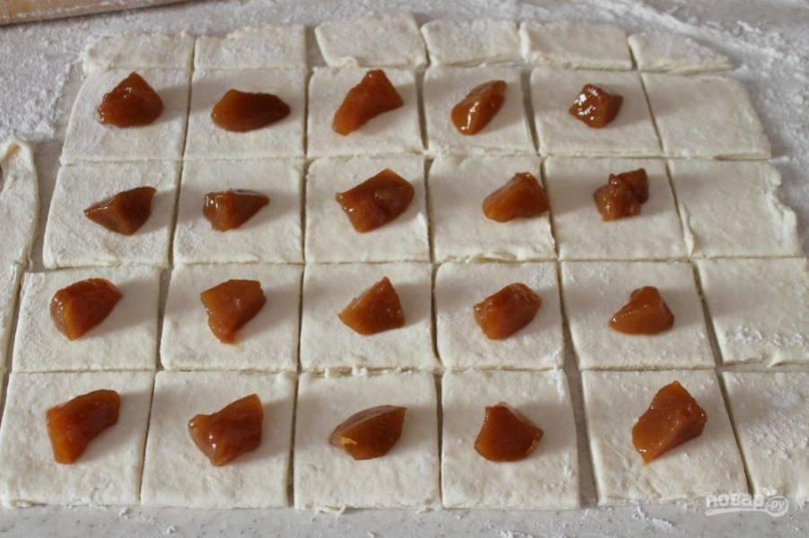 На каждый квадрат кладем по кусочку консервированного персика.