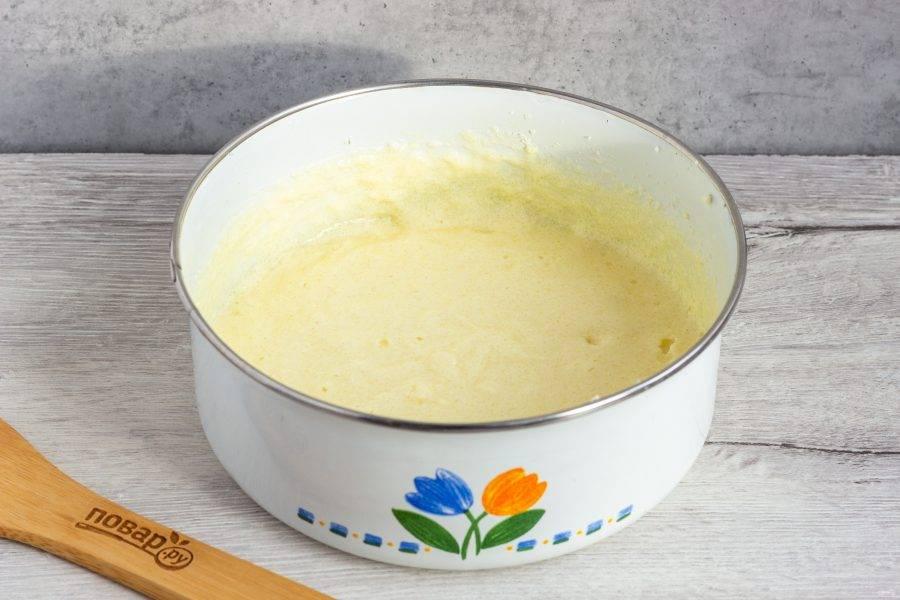 Масло комнатной температуры взбейте с сахаром, по одному вбейте яйца. Затем добавьте сметану.