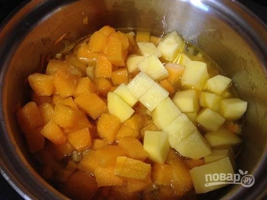 Добавляем нарезанный картофель и тыкву. Заливаем водой так, чтобы она лишь слегка покрывала овощи или уровень воды был чуть меньше.