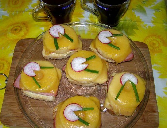 Как только сыр полностью расправится, бутерброды можно доставать из духовки и подавать их к столу, украсив свежей зеленью и овощами. Приятного вам чаепития!