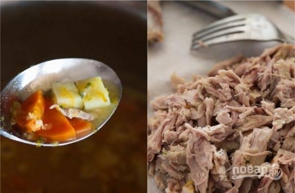 5. Варите на среднем огне супчик до мягкости овощей. Готовое мясо достаньте из кастрюли, измельчите мякоть. Отправьте обратно.
