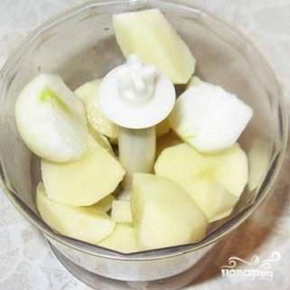 Лук  и картофель разрезать на 4 части.