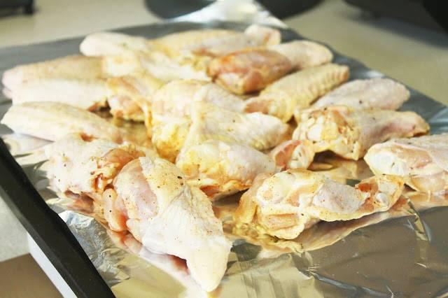 2. Теперь курицу выкладываем на противень, застеленный фольгой и смазанный маслом. Запекаем до красивой румяной корочки. Достаем из духовки.