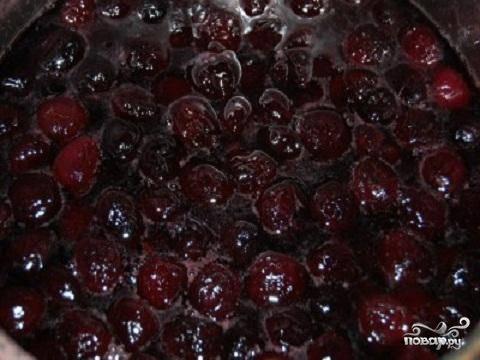 1.Я варю варенье из расчета 1 кг ягоды на 1 кг сахара. Когда удаляешь из черешни данного веса  косточки, остается ровно один килограмм чистого веса. Хорошо промойте черешню, и удалить хвостики, порченую ягоду и косточки.  В большую глубокую чашку положите ягоду и засыпьте ее сахаром. Лучше всего оставить ее на ночь. Тогда ягода даст достаточное количество сока.  А утром можно поставить чашку на средний огонь. Как только варенье закипит, огонь надо будет уменьшить и варить около 7 минут. Не забывайте снимать пенку. Снимите чашку с огня. Отложим наше варенье на 5-6 часов, чтобы ягоды пропитались сиропом.