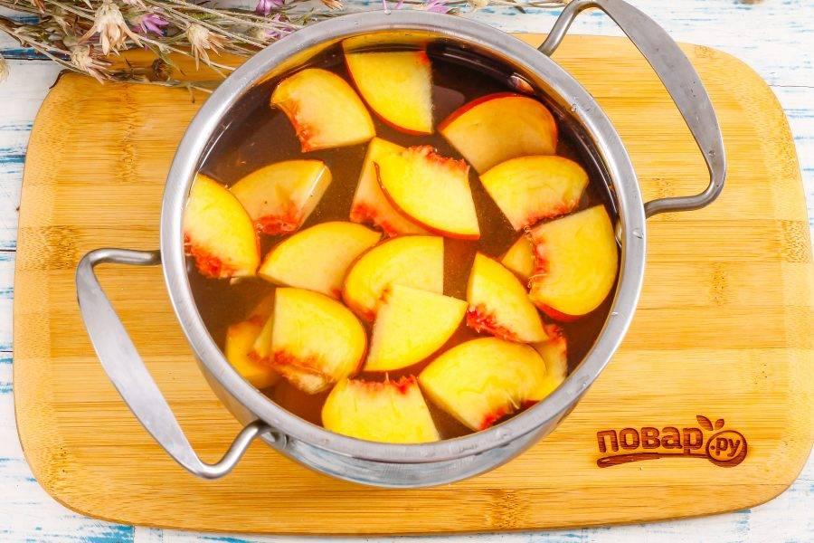 Влейте воду и поместите емкость на плиту, включая максимальный нагрев. Доведите до кипения и убавьте нагрев до умеренного, отварите компот примерно 10-15 минут.
