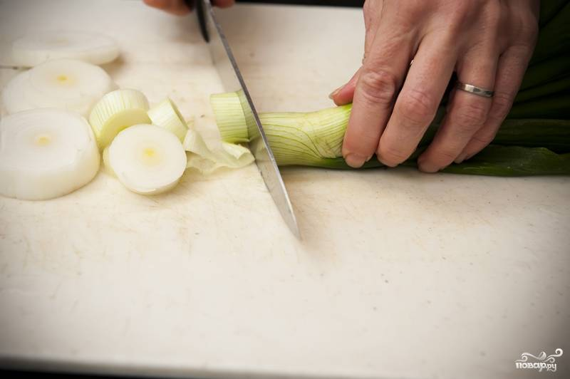 3. Лук нарежьте толстыми кольцами, включая часть стебля (если он есть, конечно).
