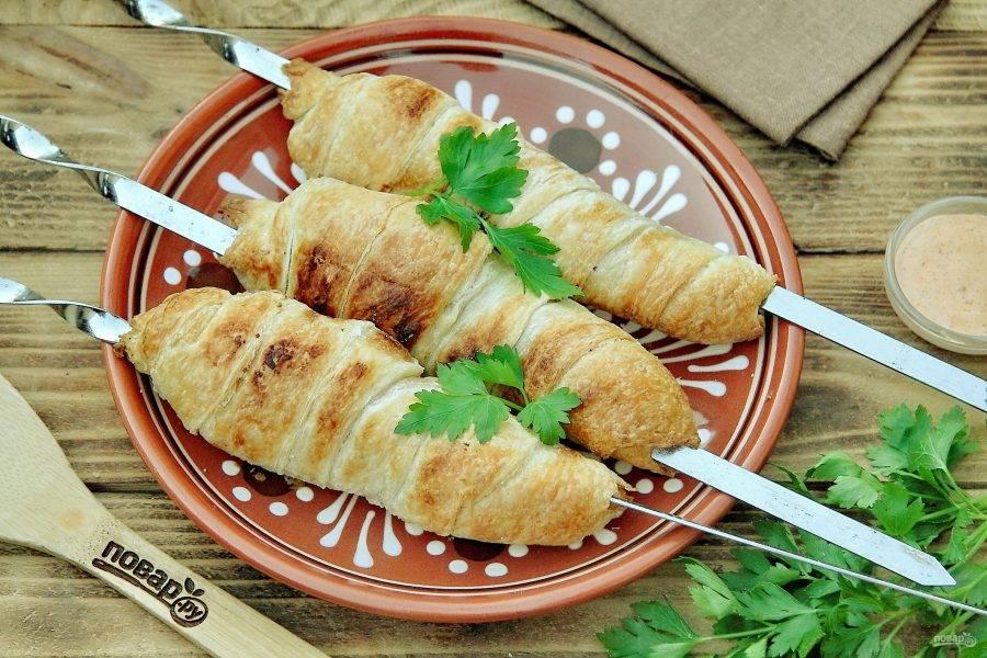 Хачапури на мангале готовы. По желанию смажьте хачапури кусочком сливочного масла и подавайте к столу. Приятного аппетита!