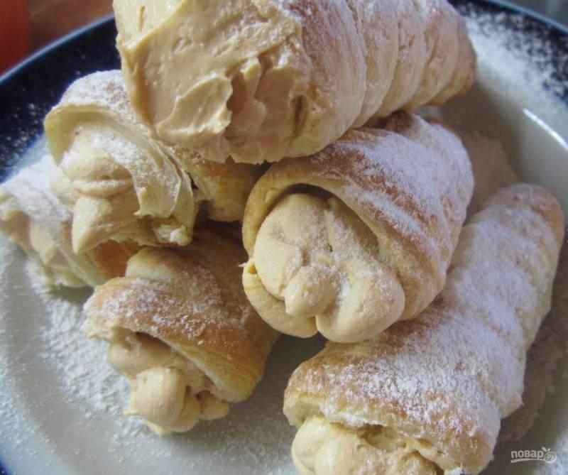 8. В конце присыпьте пирожные сахарной пудрой и подавайте к столу!