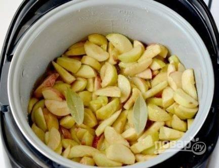 Затем в сироп добавляем яблоки и лавровый лист. Перемешиваем, закрываем крышку и готовим 20 минут.