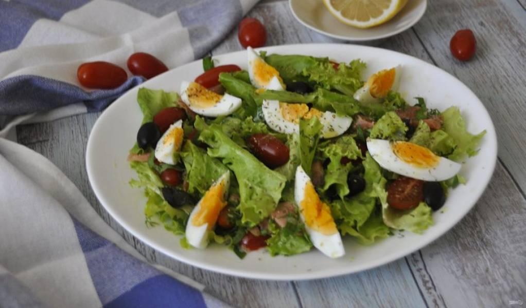 Полейте заправкой салат и подавайте к столу. Блюдо получилось вкусное и легкое. Приятного аппетита!