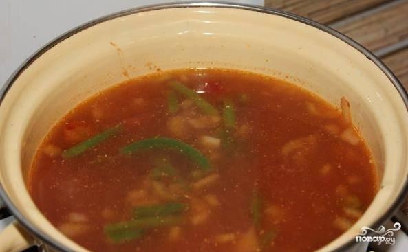 Так, всё уже почти готово, теперь давайте добавим горячий куриный бульон и дадим закипеть. После выполненных процедур, добавляем в суп готовую курицу и белую фасоль. Не забываем поперчить, посолить и варим на среднем огоньке минут 10.