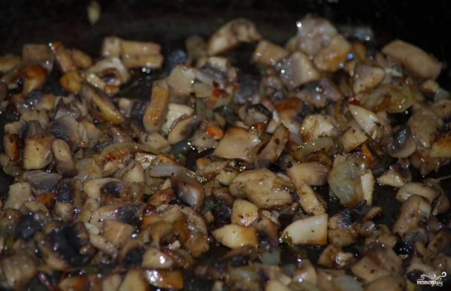 Другой вариант - это сделать более густую поджарку. Я подобную использую для приготовления мяса по-французски с грибами. Добавьте в грибы орегано, смесь прованских трав, душистый перец.