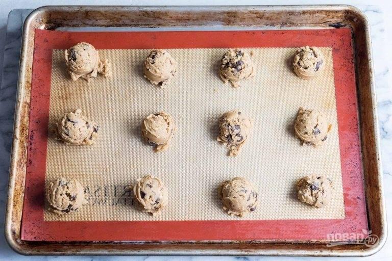 11.Отправьте тесто на полчаса в холодильник, затем с помощью ложки выложите небольшие шарики печенья на противень.