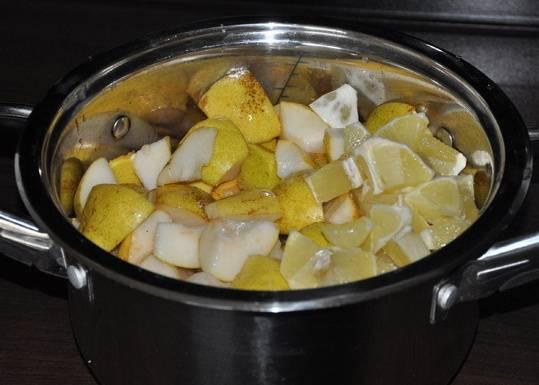 Очищаем груши от сердцевины и нарезаем фрукты на кусочки, выкладываем их вместе с лимоном в кастрюлю.