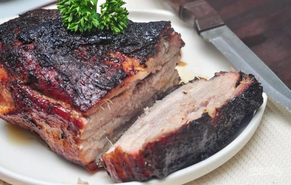 Подавайте свиные рёбра, нарезав их на порционные куски. Приятного аппетита!