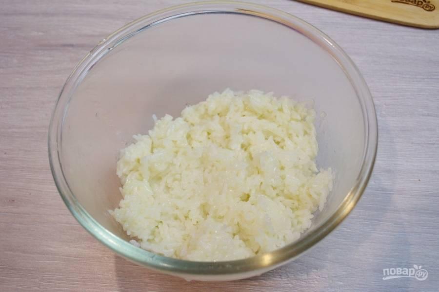 В миску переложите отваренный рис.