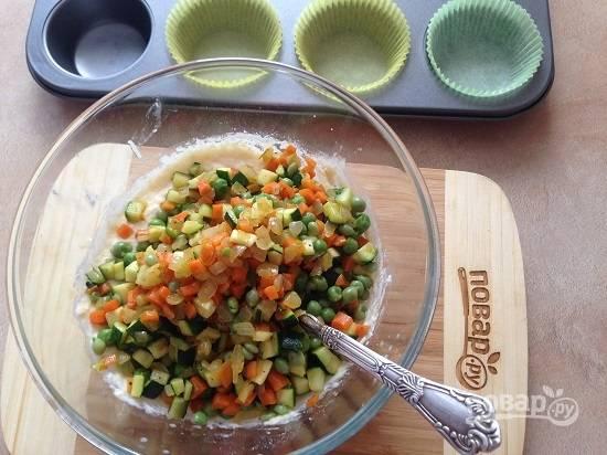 7. Перемешиваем и добавляем овощи.