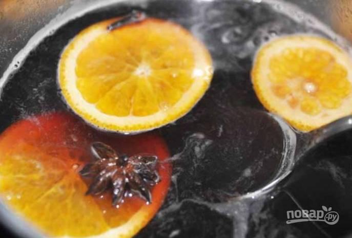 Добавьте апельсины, порезанные кружочками, и пряности. Прогреваем до 70 градусов.