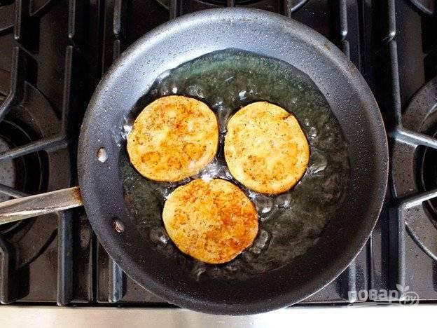 Обжарьте овощ с обеих сторон в горячем масле в течение 2-3 минут с каждой стороны.