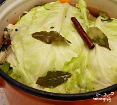 5. Заливаем все остывшим маринадом, накрываем тарелкой и ставим под тяжесть. Так оставляем сквашиваться при комнатной температуре на пять дней. После этого перемещаем капусту в холодильник. Приятного аппетита!